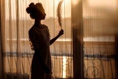 Jeune belle jeune mariée dans le style de boho et les plumes blanches Images libres de droits