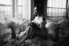 Jeune belle jeune mariée dans le style de boho et les plumes blanches Images stock