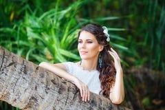 Jeune belle jeune mariée de portrait en gros plan dans une jungle tropicale dessus Photographie stock