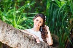 Jeune belle jeune mariée de portrait en gros plan dans une jungle tropicale dessus Image stock