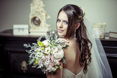 Jeune belle jeune mariée tenant le bouquet des fleurs. Photos libres de droits