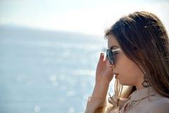 Jeune belle longue fille de cheveux avec des lunettes de soleil Image stock