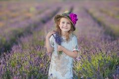 Jeune belle mère de dame avec la belle fille marchant sur le gisement de lavande un jour de week-end dans les robes et des chapea Image stock