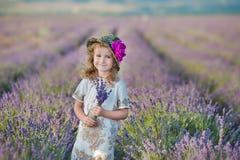 Jeune belle mère de dame avec la belle fille marchant sur le gisement de lavande un jour de week-end dans les robes et des chapea Photographie stock