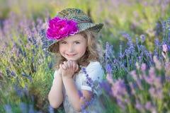 Jeune belle mère de dame avec la belle fille marchant sur le gisement de lavande un jour de week-end dans les robes et des chapea Photo libre de droits