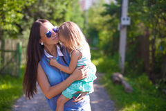 Jeune belle mère et sa marche de fille Photo stock