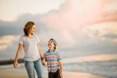 Jeune belle mère heureuse et son fils ayant photo libre de droits