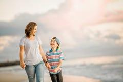 Jeune belle mère heureuse et son fils ayant images libres de droits