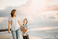 Jeune belle mère heureuse et son fils ayant images stock
