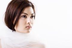 Jeune belle mariée asiatique enveloppée dans un voile Image libre de droits