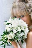Jeune belle mariée avec le bouquet de mariage photo libre de droits