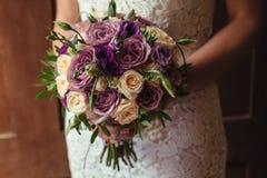 Jeune belle jeune mariée dans la robe blanche tenant le bouquet de mariage, bouquet de jeune mariée de jet crème rose, rosier, po Images libres de droits