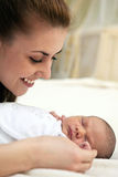 Jeune belle mère et un bébé de semaine vieux Photographie stock