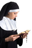 Jeune belle nonne de femme avec la bible et le chapelet d'isolement sur le petit morceau Image stock