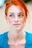 Jeune belle pensée couverte de taches de rousseur rousse de femme Photographie stock libre de droits