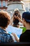 Jeune belle photo de prise de touristes femelle de ses amis Photo stock