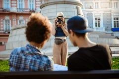 Jeune belle photo de prise de touristes femelle de ses amis Images libres de droits