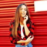 Jeune belle pose élégante de femme extérieure Photo stock