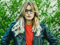 Jeune belle pose blonde de femme extérieure images libres de droits
