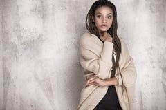 Jeune belle pose de fille d'afro-américain Photos stock