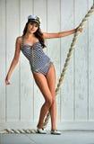 Jeune belle pose de modèle d'intérieur Image stock