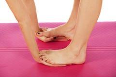 Jeune belle pose de yoga de fille Images libres de droits