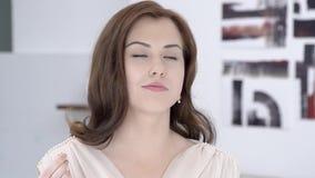 Jeune belle sensation de fille à la maison le plaisir de la consommation avec vos yeux fermés Maison familiale de mouvement lent clips vidéos