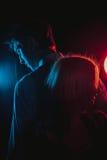 Jeune belle silhouette de couples en noir et blanc Photo libre de droits