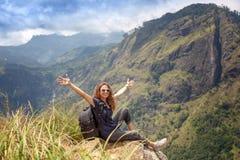 Jeune belle touriste heureuse de fille avec un sac ? dos Reposez-vous dans les montagnes et appr?ciez la vue et la nature photo libre de droits