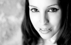Jeune belle verticale de femme photo stock