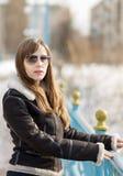 Jeune belle veste en cuir d'usage de femme Images stock