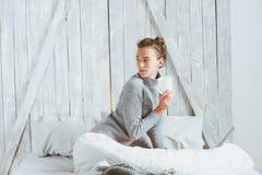 Jeune blogger ou femme d'affaires travaillant à la maison avec le media social, café potable dans le début de la matinée dans le  photos stock