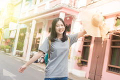 Jeune blogger ou randonneur de déplacement asiatique dans une ville phuket, Thaïlande Image libre de droits