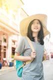 Jeune blogger ou randonneur de déplacement asiatique dans une ville phuket, Thaïlande Photo stock