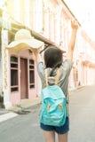 Jeune blogger ou randonneur de déplacement asiatique dans une ville phuket, Thaïlande Photos stock