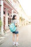 Jeune blogger ou randonneur de déplacement asiatique dans une ville phuket, Thaïlande Photographie stock libre de droits