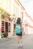 Jeune blogger ou randonneur de déplacement asiatique dans une ville phuket, Thaïlande Photos libres de droits