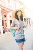 Jeune blogger ou randonneur de déplacement asiatique dans une ville phuket, Thaïlande Photographie stock