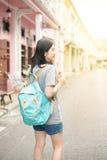 Jeune blogger ou randonneur de déplacement asiatique dans une ville phuket, Thaïlande Photo libre de droits