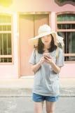 Jeune blogger ou randonneur de déplacement asiatique employant l'application d'itinéraire au téléphone portable pour trouver l'ad Image stock