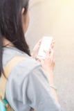 Jeune blogger ou randonneur de déplacement asiatique employant l'application d'itinéraire au téléphone portable pour trouver l'ad Photos libres de droits