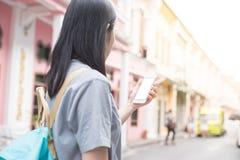 Jeune blogger ou randonneur de déplacement asiatique employant l'application d'itinéraire au téléphone portable pour trouver l'ad Image libre de droits