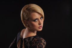 Jeune blond attrayant au-dessus du fond foncé Image libre de droits