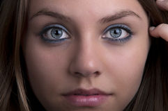 Jeune blonde avec des œil bleu Image stock