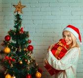 Jeune blonde de Cutie avec beaucoup de cadeaux de Noël Photo libre de droits