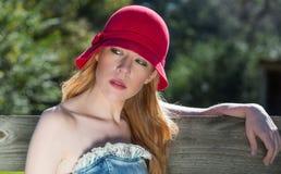 Jeune blonde, en de Red Hat portrait de porte  Image libre de droits