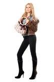 Jeune blonde espiègle avec un sac à main. D'isolement Images stock