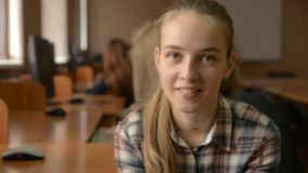 Jeune blonde gaie avec des mains sur le menton banque de vidéos