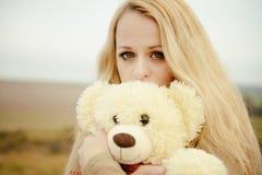 Jeune blonde sensuelle de fille dans l'automne venteux avec le jouet photographie stock libre de droits