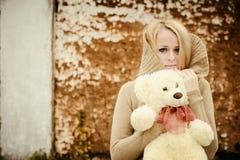 Jeune blonde sensuelle de fille dans l'automne venteux avec le jouet photo stock